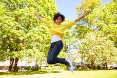 愉快的非裔美国人的少妇在夏天公园 免版税库存照片