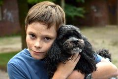 собака мальчика его Стоковая Фотография