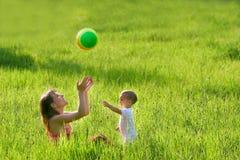 演奏儿子的母亲 免版税库存照片