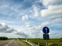 在路上的云彩街道 免版税库存照片