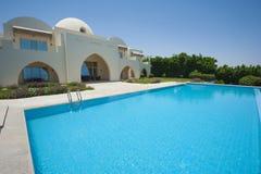 在豪华热带别墅的游泳池 免版税库存图片