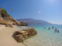 海滩阿尔戈斯托利游泳者下潜 免版税库存照片
