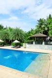 热带海滩胜地旅馆游泳池 免版税图库摄影