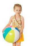 海滩的女孩与球 免版税库存图片