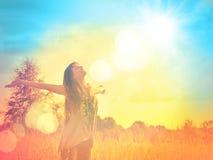 Ευτυχές κορίτσι που απολαμβάνει την ευτυχία στο ηλιόλουστο λιβάδι Στοκ Φωτογραφία