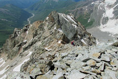 山岩石和两个小人形象对此 库存照片