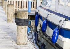 在柱子的绳索结木在码头 免版税库存照片