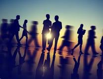Επιχειρηματίες που περπατούν την έννοια σκιαγραφιών Στοκ Φωτογραφίες