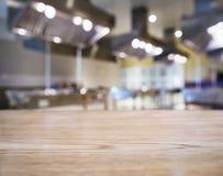 Υπόβαθρο κουζινών επιτραπέζιων κορυφών αντίθετα προς θολωμένο Στοκ Εικόνες