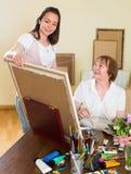艺术家画客户的一张图片 免版税库存照片