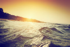 海波浪和波纹在日落 第一人透视游泳 库存图片