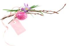 复活节彩蛋和春天花背景 免版税库存照片