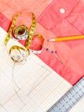 样式,测量的磁带,铅笔,别针,红色女衬衫 免版税库存照片