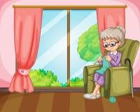 编织在屋子里的老妇人 免版税库存图片