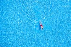 人游泳的鸟瞰图在水池的 库存图片