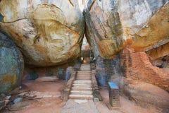 在两个巨型岩石之间的楼梯在对锡吉里耶岩石堡垒的入口在锡吉里耶,斯里兰卡 免版税库存照片