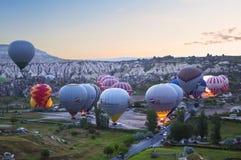 清早气球为飞行做准备在卡帕多细亚, 库存照片