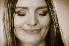 与闭合的眼睛的微笑的妇女面孔,作白日梦的女孩 免版税库存图片