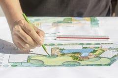 园艺师设计别墅的后院计划 免版税库存照片