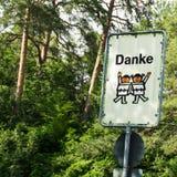 Ευχαριστήστε προσεκτικά τα παιδιά οδικών σημαδιών Στοκ φωτογραφία με δικαίωμα ελεύθερης χρήσης