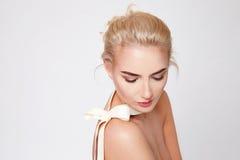 美丽的性感的白肤金发的妇女自然构成裸体形状 免版税库存照片
