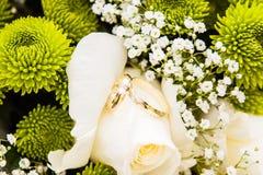 与婚礼定婚戒指的婚礼花束 库存图片
