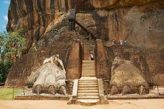 游人在锡吉里耶,斯里兰卡攀登锡吉里耶狮子岩石堡垒 库存照片