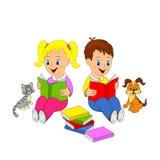Τα παιδιά, το κορίτσι και το αγόρι διαβάζουν το βιβλίο Στοκ Εικόνες