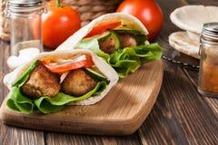 与沙拉三明治和新鲜蔬菜的皮塔饼面包 免版税图库摄影