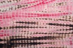 红色,黑和桃红色领带染料布料抽象背景  免版税库存照片