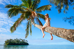在海滩假期的小女孩 图库摄影