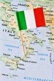 在地图的意大利旗子 免版税图库摄影