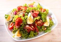 与蕃茄和蛋切片的健康新鲜的沙拉 免版税库存图片