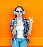相当获得凉快的女孩乐趣和听到音乐 免版税库存照片