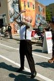 离经叛道之人的展示艺术家吞下在亚特兰大节日的两把剑 库存图片