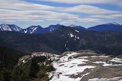 雪加盖了山和高山风景在阿地伦达山脉,纽约州 免版税库存照片