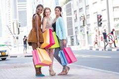 最好的朋友去商店 三女朋友 免版税库存图片