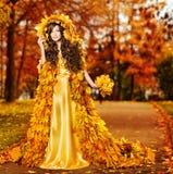 妇女秋天时尚画象,秋天叶子,式样女孩黄色公园 免版税库存图片