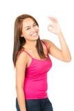 Ασιατικό θηλυκό ΕΝΤΑΞΕΙ σημάδι χεριών σχεδιαγράμματος που χαμογελά αριστερά Στοκ εικόνες με δικαίωμα ελεύθερης χρήσης
