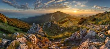 在日落的全景落矶山脉在斯洛伐克 免版税库存照片