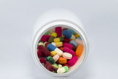 在瓶的多种五颜六色的药物 免版税库存图片