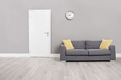 倒空有一个现代灰色沙发的候诊室 库存图片