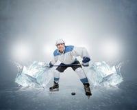 有冰块的曲棍球运动员 库存照片