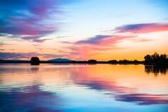 在一个镇静湖的五颜六色的日落 免版税图库摄影