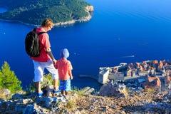 父亲和儿子旅行在欧洲 库存照片