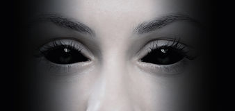 邪恶的女性眼睛 库存照片