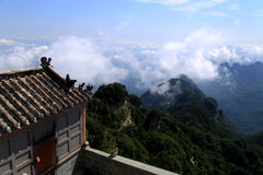 蓝天和云彩在武当山,一个著名道士圣地在中国 免版税库存图片
