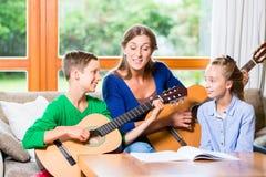 做与吉他的家庭音乐 免版税库存图片