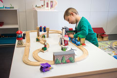 使用与玩具火车的孩子 免版税图库摄影