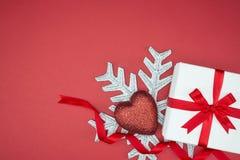 假日事件丝绸套雪花心脏的豪华礼物盒 图库摄影